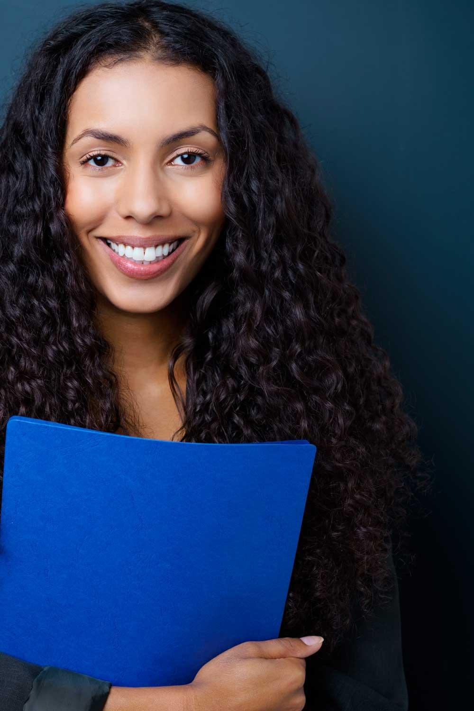Licenciatura en Educación mujer con libro