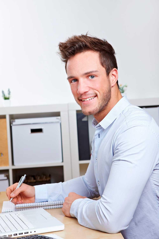 Licenciatura en Idiomas hombre en escritorio