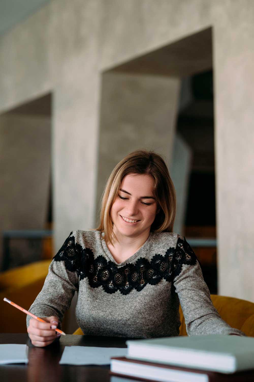 pedagogía mujer estudiando