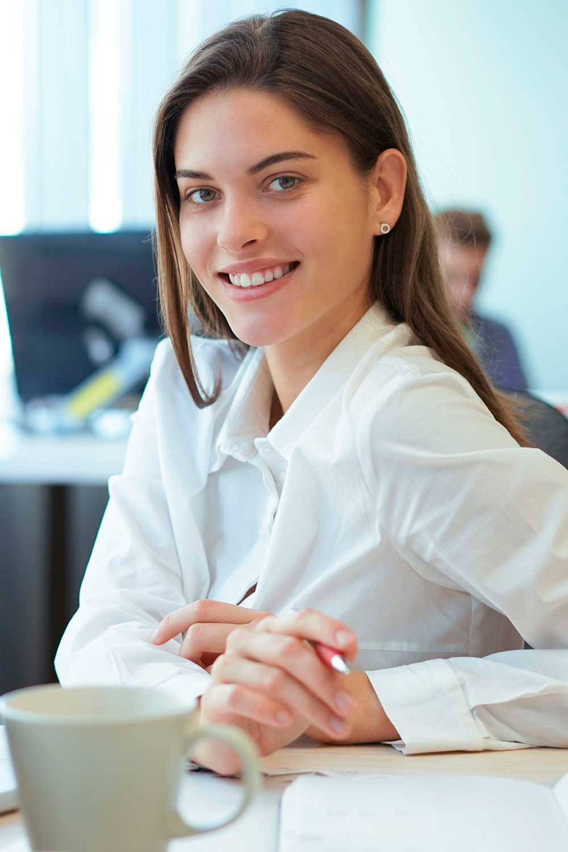 Licenciatura en Relaciones Comerciales Internacionales mujer en oficina