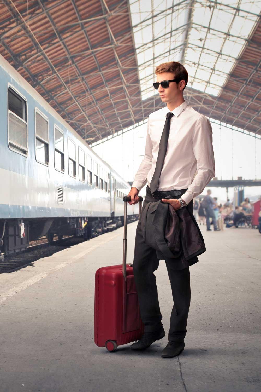 Licenciatura en Turismo joven frente a tren